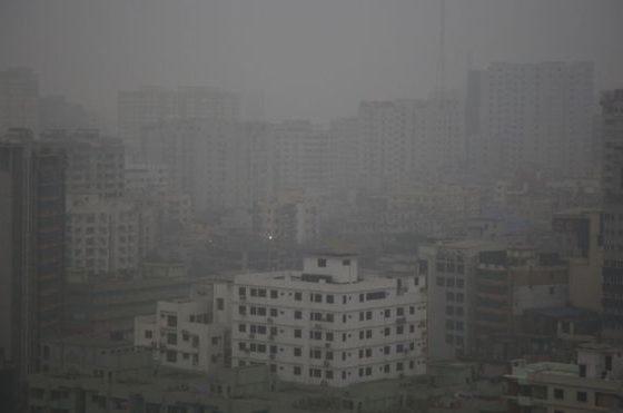 ঘন কুয়াশার কারণে রাজধানী ঢাকাতেও দুষ্টিসীমা কমে যায়