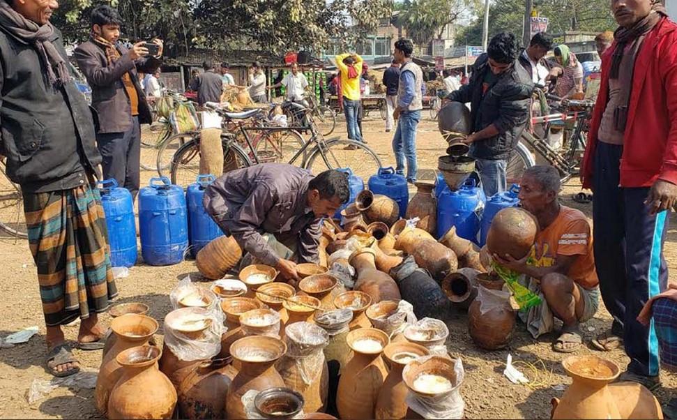 দূরদূরান্ত থেকে ব্যবসায়ীরা আসেন খেজুরের গুড় ও পাটালি কিনতে