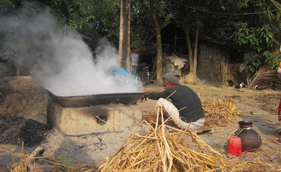 রস থেকে পাটালি বা গুড় তৈরির কাজ নিজ বাড়িতেই করেন গাছিরা।