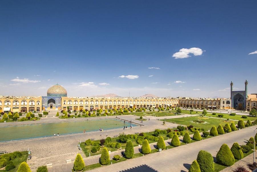 ইসফাহান নগরীর কেন্দ্রে 'নকশ-ই-জাহান' চত্ত্বর হচ্ছে বিশ্বের সবচেয়ে বিশাল নগর চত্ত্বরের একটি। এটি ইমাম চত্ত্বর নামেও পরিচিত। এটি তৈরি করা হয়েছিল সপ্তদশ শতাব্দীতে।