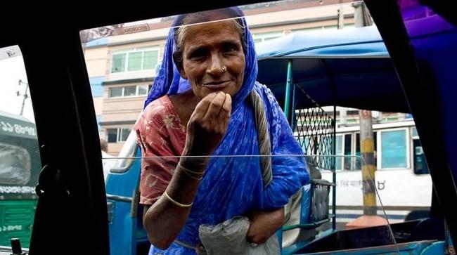 বাংলাদেশের চট্টগ্রাম শহরে ভিক্ষা করে জীবিকা নির্বাহ করেন এই নারী