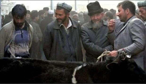 একটি বাজারে কয়েকজন মুসলিম