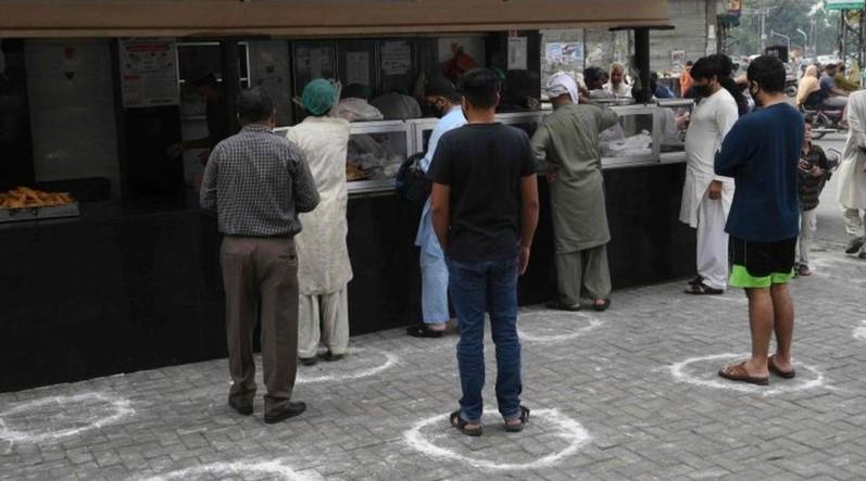 পাকিস্তানে ইফতার সামগ্রী বিক্রির একটি দোকানে সামাজিক দূরত্ব বজায় রেখে কেনাকাটা চলছে