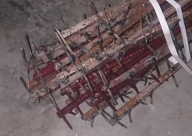 ভারতীয় সেনা বাহিনী বিবিসির কাছে একটি ছবি পাঠিয়ে দাবি করেছে গালওয়ান ভ্যালির সংঘর্ষে চীন এই হাতে তৈরি লোহার রড অস্ত্র হিসাবে ব্যবহার করেছে