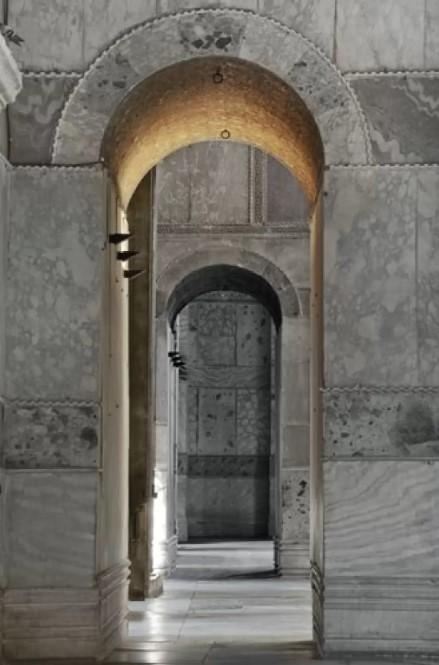 ১৯২৩ সালে মুস্তফা কামাল অটোমানদের উৎখাত করলেও গণমানুষের অব্যাহত চাপে আয়া সোফিয়া মসজিদ হিসেবে ব্যবহৃত হতে থাকে