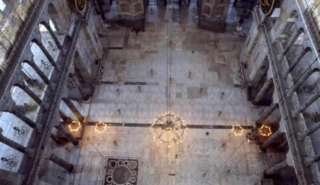 ৫৩৭ থেকে ১২০৪ খ্রিষ্টাব্দ পর্যন্ত অর্থোডক্স গির্জা হিসেবে আয়া সোফিয়া ব্যবহৃত হয়