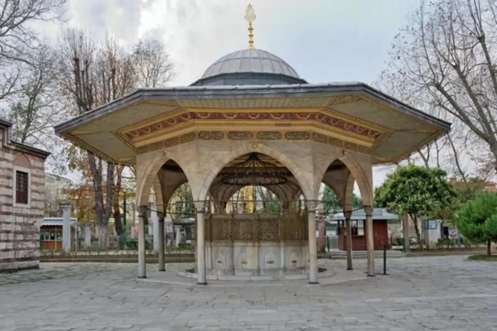 অটোমান সুলতান মেহমেত ইস্তাম্বুল জয় করার পর ১৪৫৩ সালে এটি মসজিদে রূপান্তর করা হয়