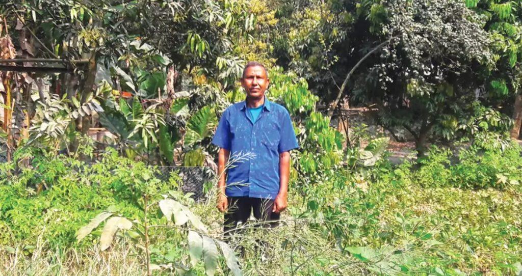 নিজের সবজি বাগানে আবদুল মজিদ সরদার। সম্প্রতি যশোরের কেশবপুরের সন্যাসগাছা গ্রামে।
