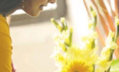 ফুল কয়েক দিন তাজা রাখার কিছু কৌশল রয়েছে মডেল হয়েছেন নৃত্যশিল্পী সামিনা হোসেন