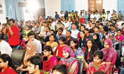 মুক্ত সংলাপ 'কৃষিতে নারী' অনুষ্ঠানে অংশগ্রহণকারী শেরেবাংলা কৃষি বিশ্ববিদ্যালয়ের শিক্ষার্থীরা