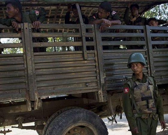 রাখাইনে মিয়ানমার সেনাবাহিনীর সদস্যরা