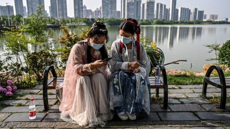 চীনে অনেক মানুষের ইমেল ঠিকানা আছে, কিন্তু তারা খুবই কালে ভদ্রে তাদের ইমেল অ্যাকাউন্ট খোলেন