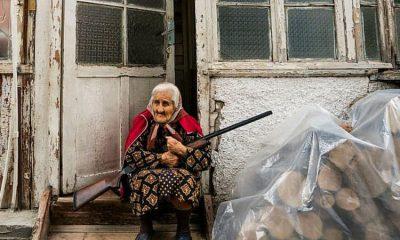 কারাবাখের রাজধানী স্টেপানাকার্টের এক বৃদ্ধা যিনি তীব্র লড়াইয়ের মাঝেও তার বাসা ছেড়ে না যেতে বদ্ধপরিকর