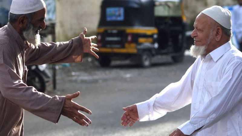 উপমহাদেশে ও তার বাইরেও মুসলিম রীতিতে সম্ভাষণ জানানো হয় 'আসসালামু আলাইকুম' বলে