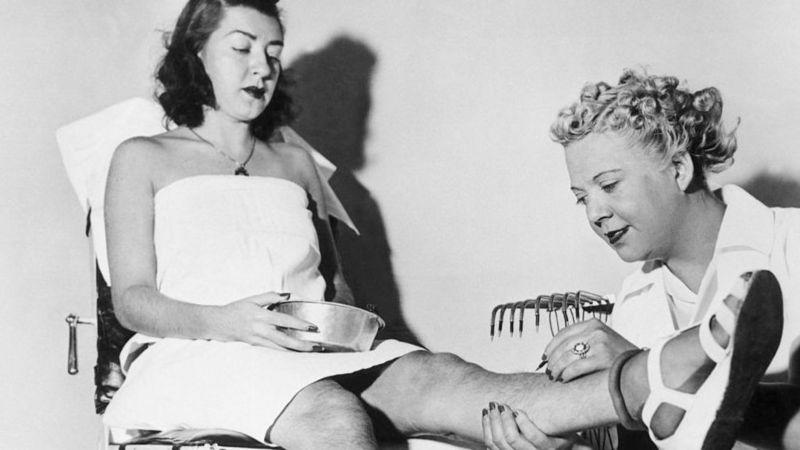 ১৯৩৮ সালে নিউইয়র্কে একটি পার্লারে ওয়াক্সিং করছেন এক নারী