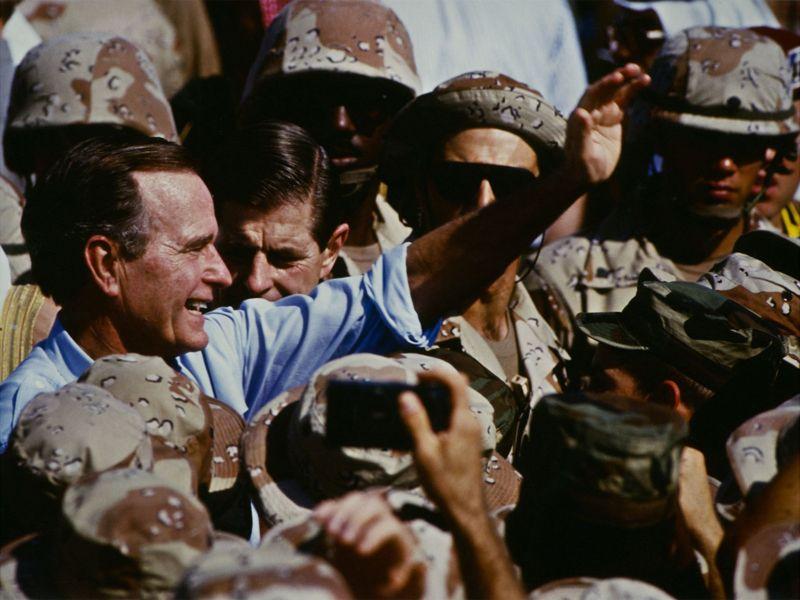 ১৯৯০এ উপসাগরীয় যুদ্ধের সময় জর্জ এইচ ডাব্লিউ বুশ সৌদি আরবে আমেরিকান নৌ সেনাদের সাথে
