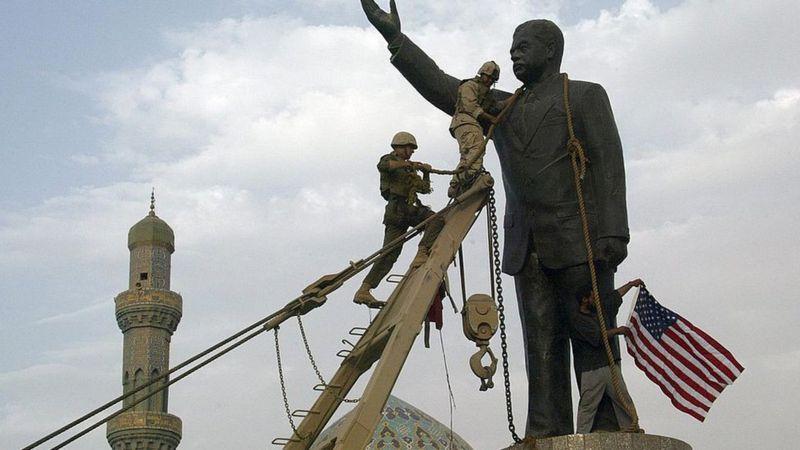২০০৩এর এপ্রিলে আমেরিকান নৌ সেনারা বাগদাদে সাদ্দাম হুসেনের মূর্তি টেনে নামায়