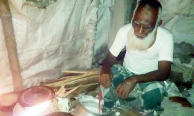 সকালে ইট ভেঙে বিকেলে পিঠা বেচে সংসার চলে সত্তরোর্ধ্ব সুবুর